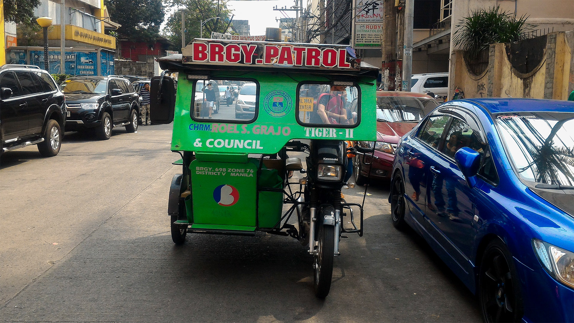 Tayland'da tuk-tuk Filipinler'de tricycle